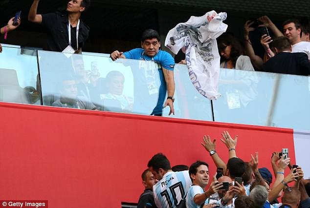Nóng: Maradona nhập viện khẩn cấp ngay sau chiến thắng kịch tính của Argentina - Ảnh 16.