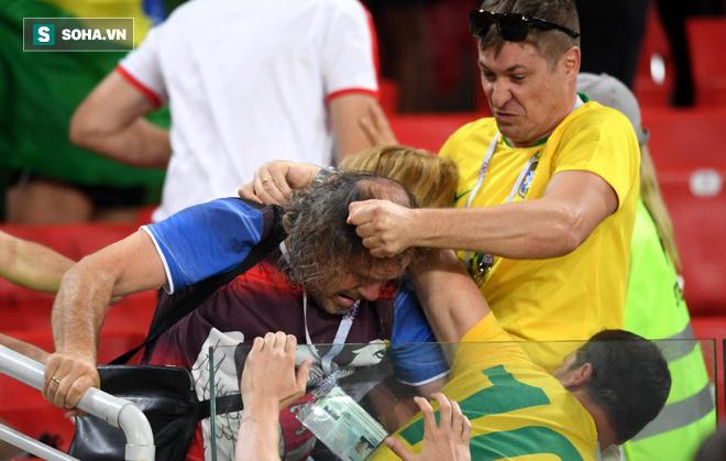 Fan Brazil túm tóc, fan Serbia vung nắm đấm dữ dội trong trận cầu sinh tử 1
