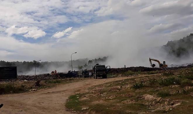 Cháy lớn ở bãi rác, hàng chục người ngộ độc khói - Ảnh 1.