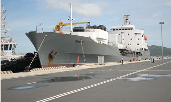 Đội tàu Hải quân Nga thăm xã giao Cảng quốc tế Cam Ranh - Ảnh 1.