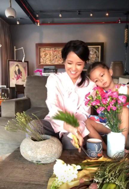 Hồng Nhung livestream cùng con gái, hé lộ cuộc sống sau khi ly hôn với chồng Tây 8 năm gắn bó - Ảnh 1.