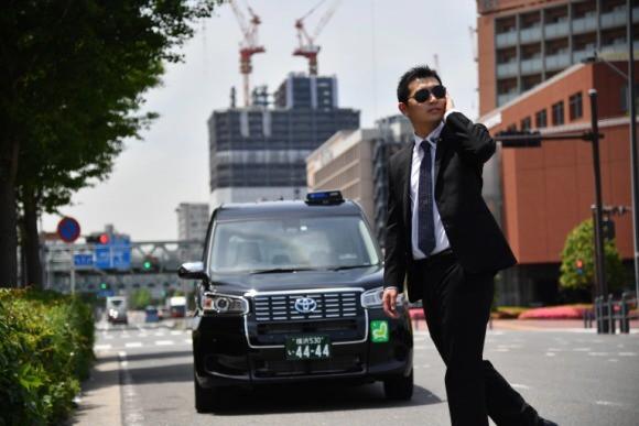 Đi taxi ở Nhật Bản mùa này: Tài xế nếu không phải ninja huyền thoại thì cũng là vệ sĩ vest đen cực ngầu và còn được trang bị cả… súng nước - Ảnh 3.