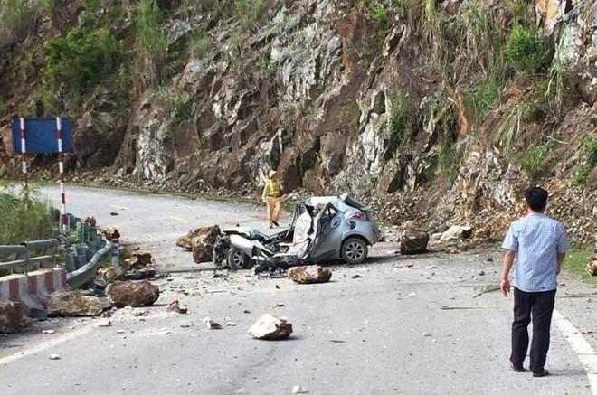 Trước khi đá rơi trúng ô tô, tài xế quay đầu xe nhưng không kịp - Ảnh 1.