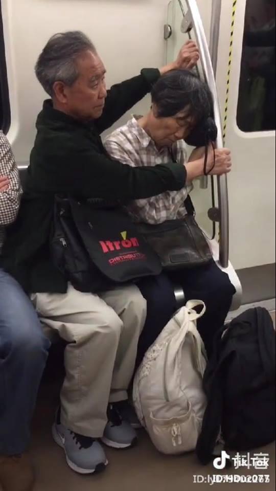 Cảm động với clip cụ ông ghì chặt hai tay làm điểm tựa cho cụ bà ngủ ngon lành trên tàu điện - Ảnh 3.