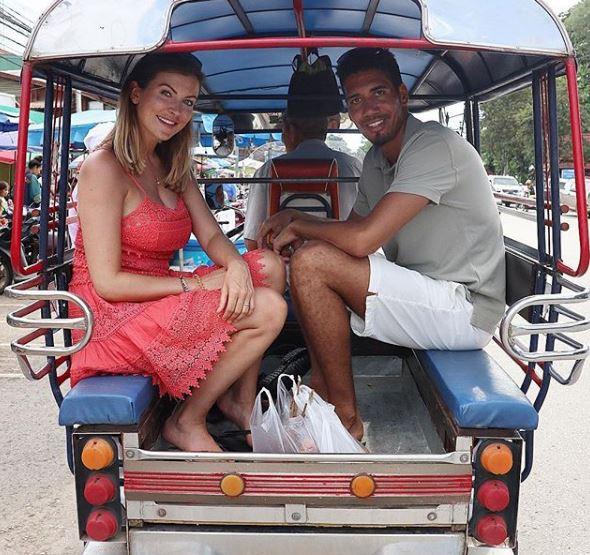 Sao Man Utd Chris Smalling sang Việt Nam du lịch, thân thiện chụp ảnh cùng fan - Ảnh 3.