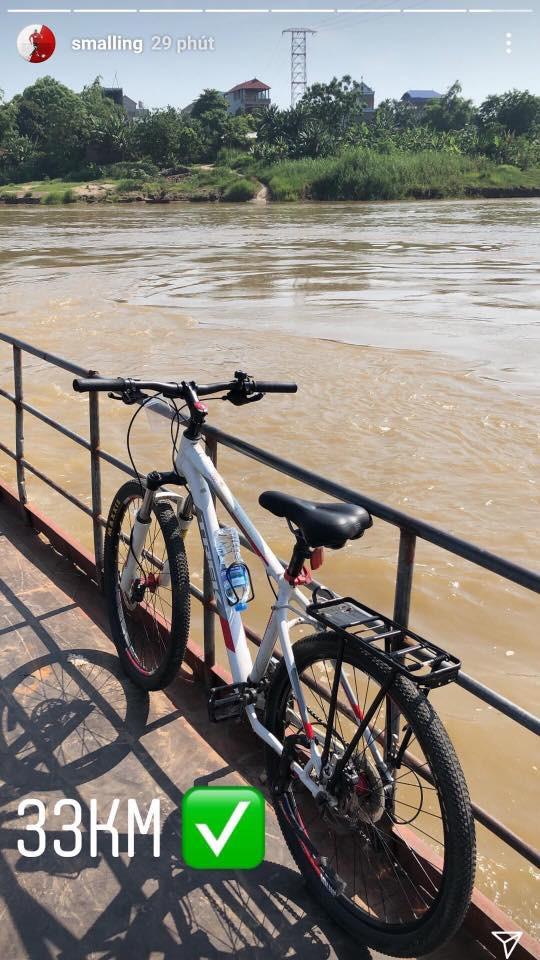 Sau clip đá cầu, Smalling uống nước mía, chạy xe đạp hàng chục cây số quanh Hà Nội - Ảnh 6.