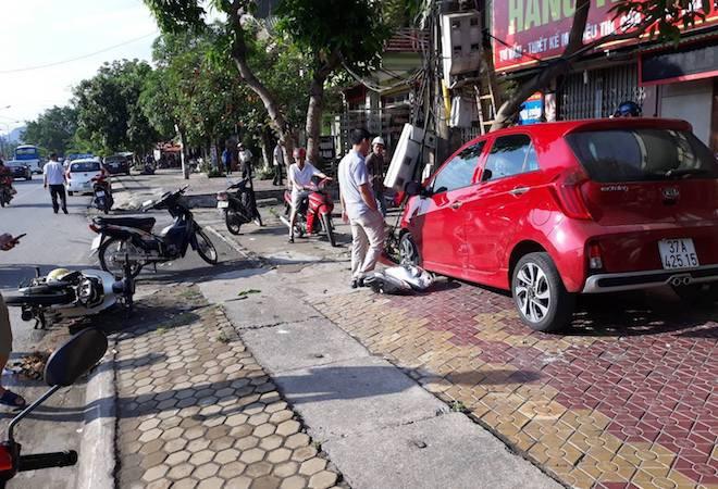 Ô tô con mất lái tông người đi xe máy rồi găm chặt vào cột điện - Ảnh 1.