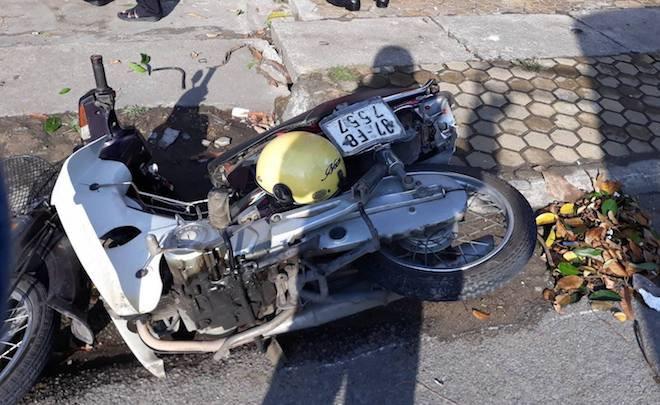 Ô tô con mất lái tông người đi xe máy rồi găm chặt vào cột điện - Ảnh 2.