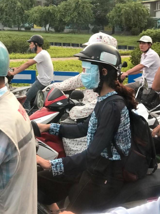 Cô gái đi xe máy bịt kín như Ninja, choàng bìa các tông quanh cổ khiến dân mạng run rẩy - Ảnh 5.
