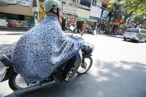 Cô gái đi xe máy bịt kín như Ninja, choàng bìa các tông quanh cổ khiến dân mạng run rẩy - Ảnh 6.
