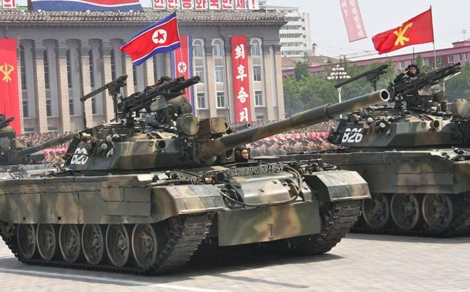 Xuất hiện xe tăng T-62 lạ mắt: Rắn được vẽ thêm chân theo phong cách... Triều Tiên - Ảnh 2.