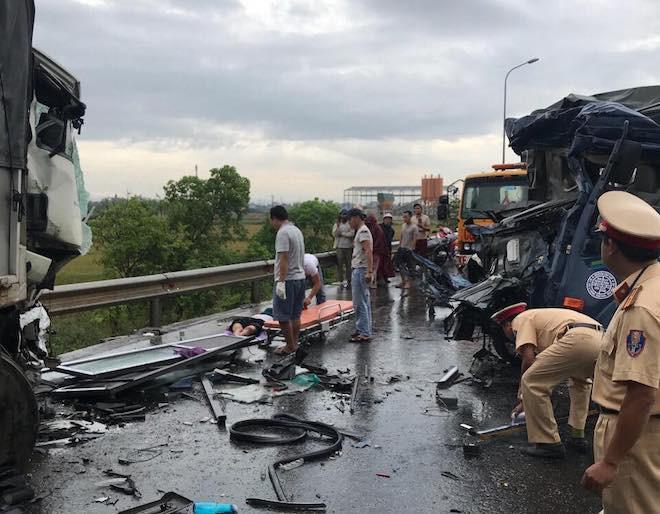 Tai nạn thảm khốc ở Nghệ An, nhiều người mắc kẹt bên trong - Ảnh 1.