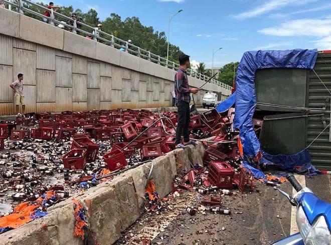 Sau tiếng nổ lớn ở lốp xe, hàng nghìn chai bia vỡ tung toé trên đường - Ảnh 3.