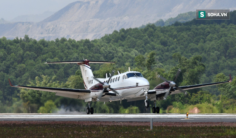 10h sáng nay, chiếc máy bay đầu tiên hạ cánh xuống sân bay Vân Đồn - Ảnh 2.