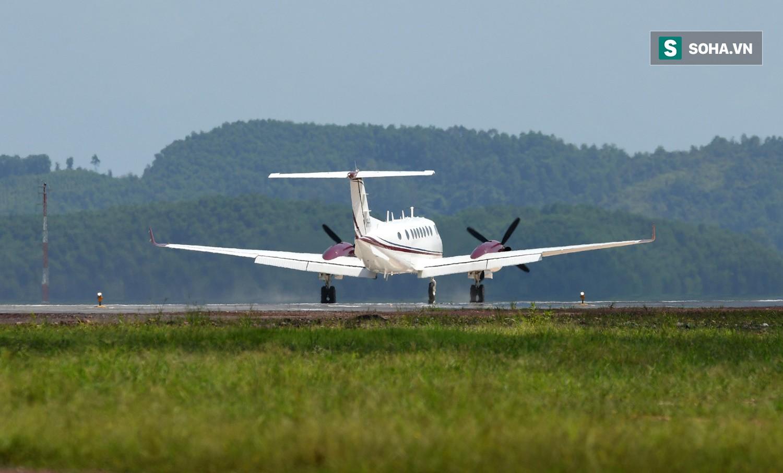 10h sáng nay, chiếc máy bay đầu tiên hạ cánh xuống sân bay Vân Đồn - Ảnh 4.