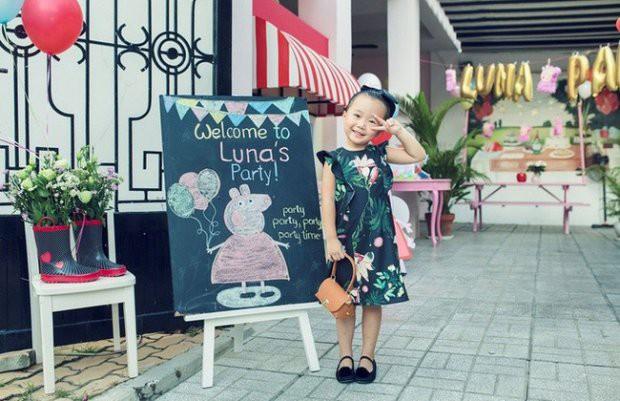 Những nhóc tì nhà sao Việt được bố mẹ đầu tư hàng hiệu ngay từ bé - Ảnh 12.