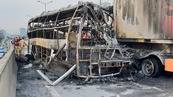 Hà Nội: Người nhà bàng hoàng, khóc nghẹn tại hiện trường vụ cháy xe khách khiến thai phụ 6 tháng tử vong - Ảnh 2.