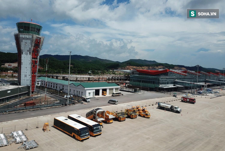 10h sáng nay, chiếc máy bay đầu tiên hạ cánh xuống sân bay Vân Đồn - Ảnh 12.