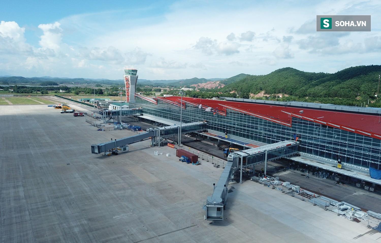 10h sáng nay, chiếc máy bay đầu tiên hạ cánh xuống sân bay Vân Đồn - Ảnh 10.