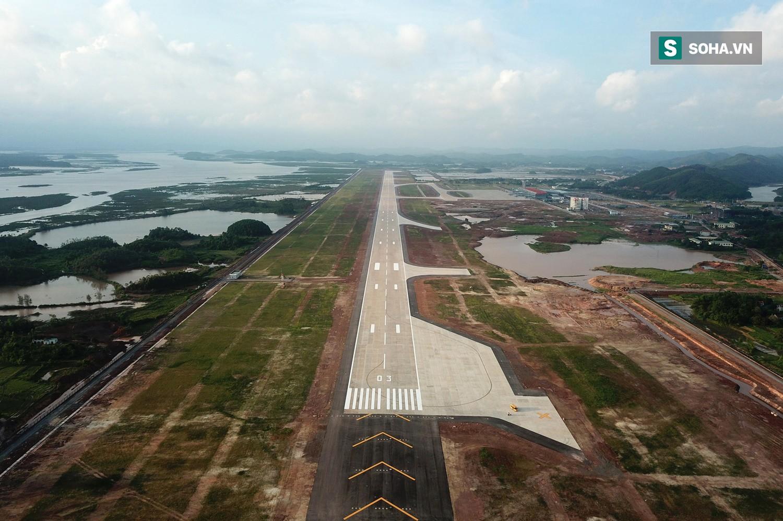 10h sáng nay, chiếc máy bay đầu tiên hạ cánh xuống sân bay Vân Đồn - Ảnh 9.