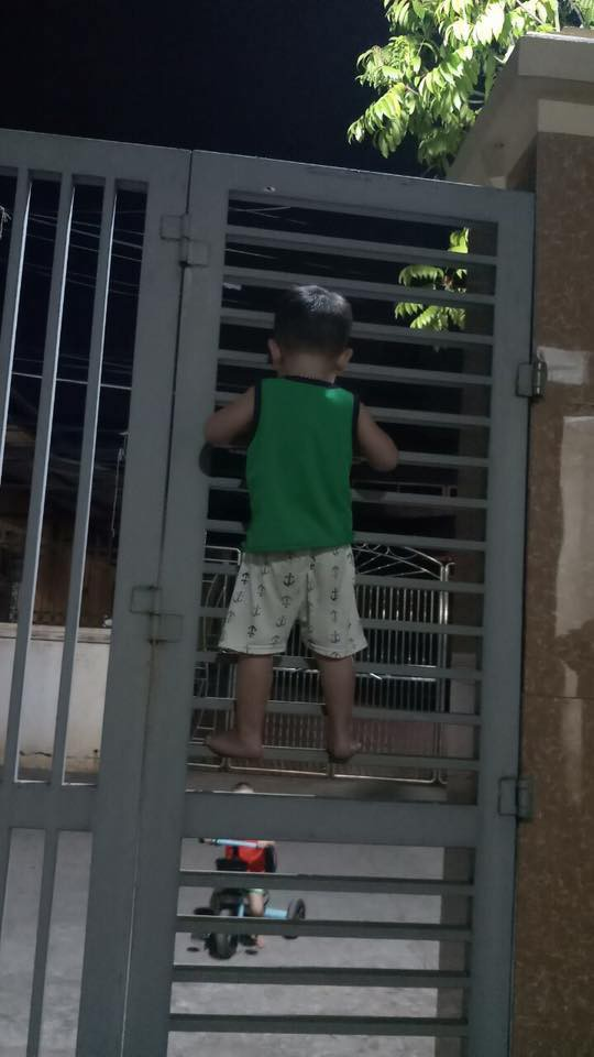 Nghe theo lời rủ rê của bạn, cậu bé 3 tuổi quyết leo cửa sắt đi chơi và cái kết tẽn tò - Ảnh 1.