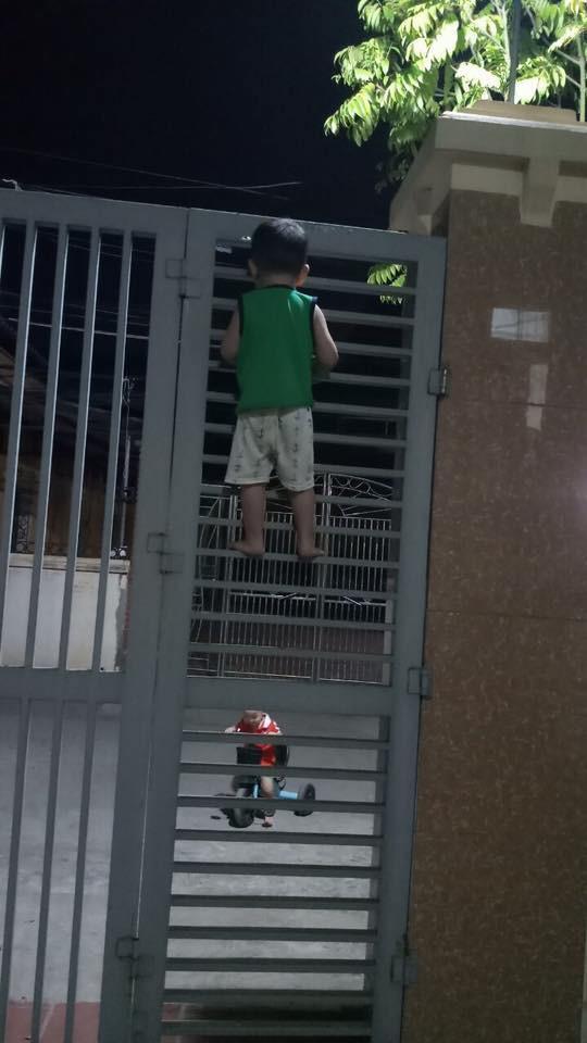 Nghe theo lời rủ rê của bạn, cậu bé 3 tuổi quyết leo cửa sắt đi chơi và cái kết tẽn tò - Ảnh 3.