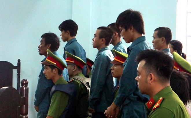 7 người gây rối, đập phá, ném bom xăng vào trụ sở UBND tỉnh Bình Thuận lãnh án - Ảnh 2.
