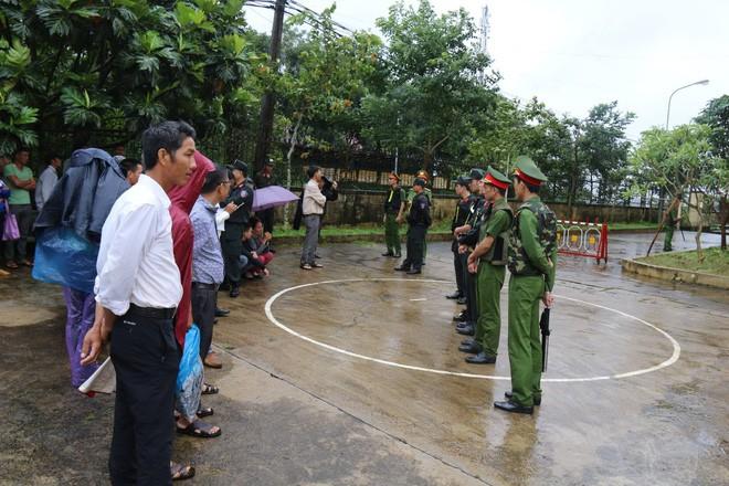 Người dân đội mưa theo dõi phiên toà vụ nổ súng làm 3 người chết  - Ảnh 1.