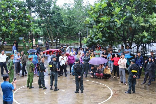Người dân đội mưa theo dõi phiên toà vụ nổ súng làm 3 người chết  - Ảnh 2.