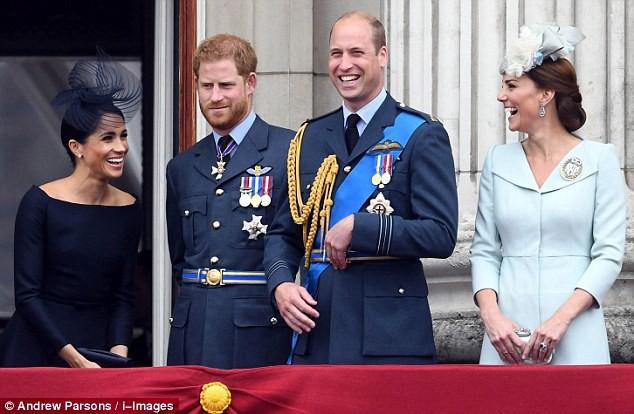 Mặt luôn tỏ vẻ nghiêm túc trước đám đông, không ngờ ông bố 3 con William cũng có lúc cố nhịn cười dễ thương thế này - Ảnh 4.