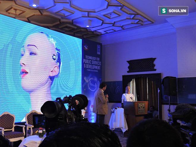 Nữ robot Sophia ở Nepal và câu nói khiến cả khán phòng phá lên cười! - Ảnh 1.