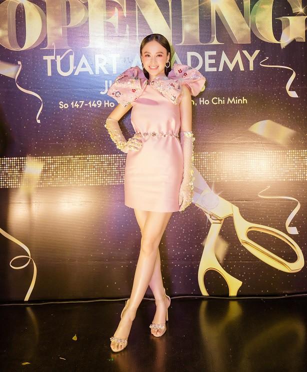 Angela Phương Trinh xuất hiện điệu đà, thu hút sự chú ý - Ảnh 4.