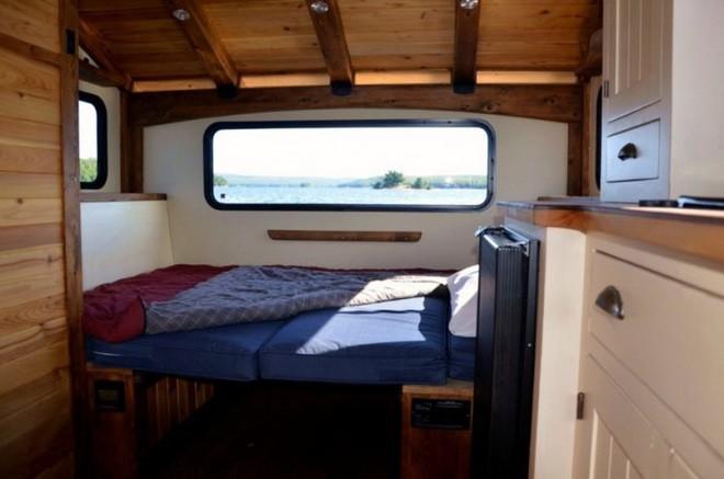 Trải nghiệm cảm giác sống tiện nghi như đất liền trên ngôi nhà thuyền chạy bằng điện Mặt Trời - Ảnh 3.