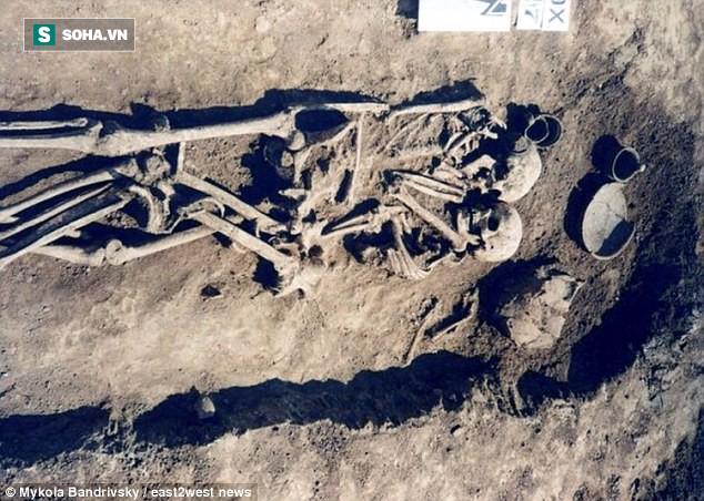 Cặp hài cốt có tư thế ôm nhau kỳ lạ chưa từng thấy và sự thật bất ngờ cách đây 3.000 năm - Ảnh 1.