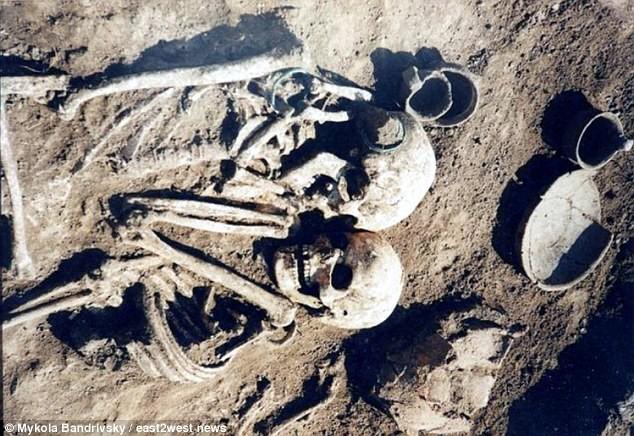 Cặp hài cốt có tư thế ôm nhau kỳ lạ chưa từng thấy và sự thật bất ngờ cách đây 3.000 năm - Ảnh 3.