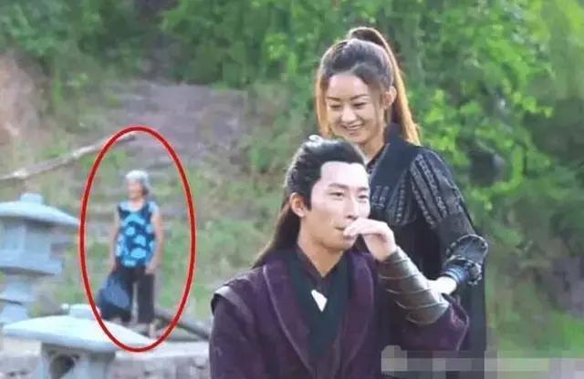 Sạn ngớ ngẩn trong phim Hoa ngữ: Đồ vật hiện đại xuyên không về thời xưa, diễn viên quần chúng bất chấp phá hoại cảnh quay - ảnh 6