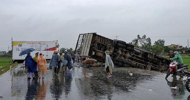 Xe tải tông ô tô đông lạnh, hàng trăm con heo rơi xuống đường  - Ảnh 1.