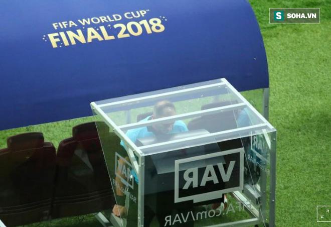 """Gây tranh cãi tại World Cup, VAR đứng trước nguy cơ bị UEFA """"tẩy chay"""" - Ảnh 1."""