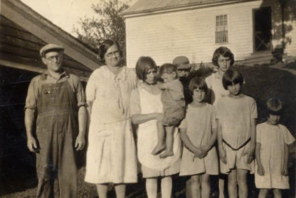 Vào thời kì Đại suy thoái, các công ty sản xuất bột mì đã in họa tiết lên bao vải để các mẹ có thể tái chế thành quần áo đẹp cho trẻ em - Ảnh 2.