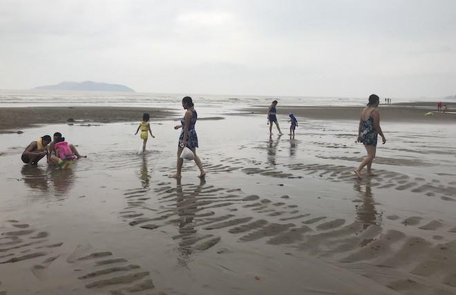 Rất đông du khách xuống biển tắm trước giờ bão số 3 vào.
