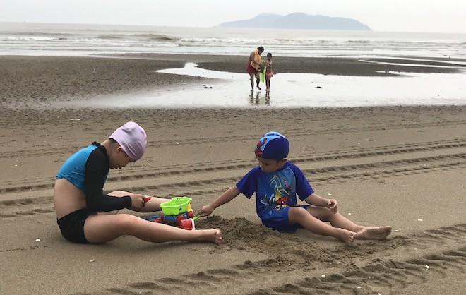 Bất chấp bão Sơn Tinh đang tiến vào, du khách vẫn xuống biển Cửa Lò tắm trong mưa - Ảnh 12.