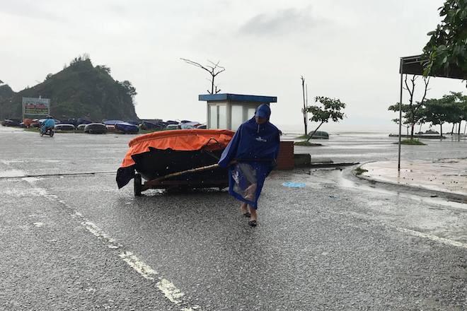 Tin bão số 3 đổ bộ: Những chiếc thuyền thúng cũng được các ngư dân đưa vào đất liền.