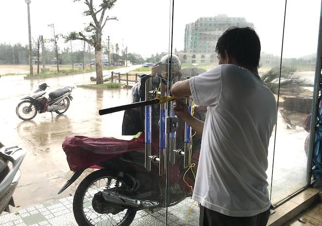 Trước tin bão số 3 đổ bộ: Người dân đang tích cực phòng chống bão.