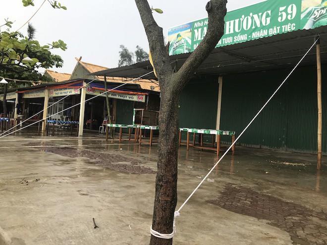 Trước thời điểm cơn bão số 3 đang tới: nhiều ki ốt đóng cửa để đón bão.