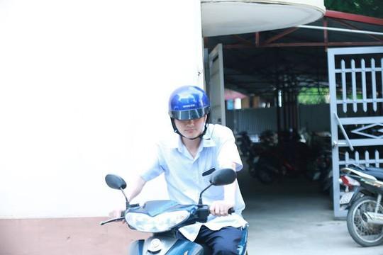 Hình ảnh ông Vũ Trọng Lương từ Sở GD-ĐT Hà Giang ra về - Ảnh 4.