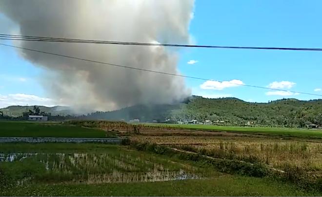 Cả nghìn người kéo lên dập lửa ở rừng thông đang ngùn ngụt cháy giữa trưa nắng - Ảnh 2.