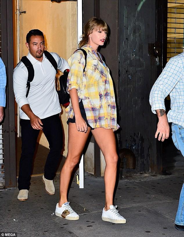 Vào studio thu âm, Taylor Swift cũng dùng cả tấn phấn trang điểm, làm mặt trắng bệch so với toàn thân - Ảnh 1.