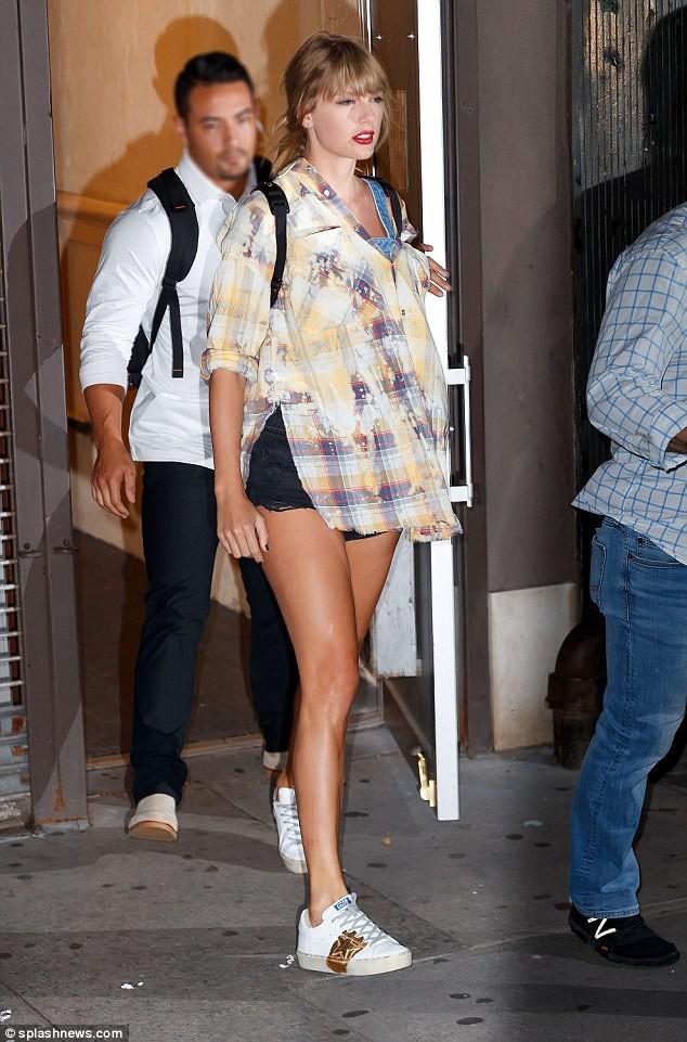 Vào studio thu âm, Taylor Swift cũng dùng cả tấn phấn trang điểm, làm mặt trắng bệch so với toàn thân - Ảnh 3.