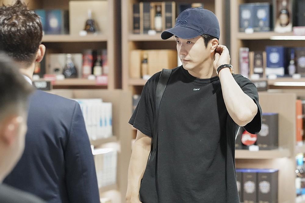 Tài tử Kwon Sang Woo tươi tắn vẫy chào fan Việt ở sân bay
