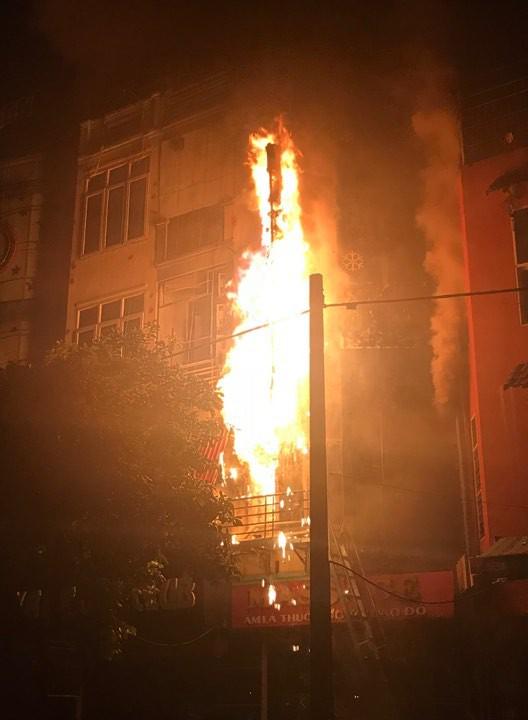 Quán massage 5 tầng ở Hà Nội bốc cháy ngùn ngụt 2
